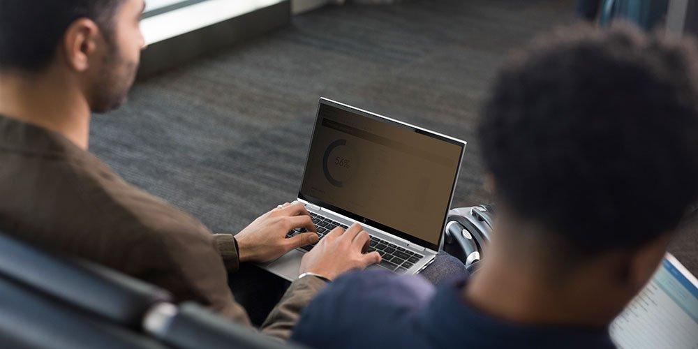Seorang pria menyalakan tampilan yakin HP untuk membuat layar tampak gelap dan tidak dapat dibaca dari samping dengan layar privasi