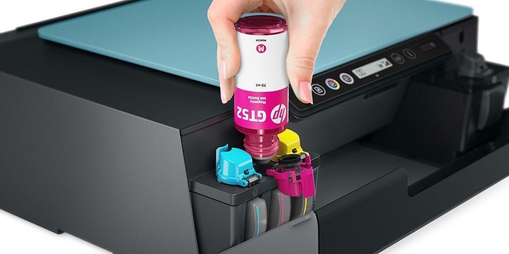 Cairan tinta HP Inkjet sedang diisi ulang ke dalam tangki tinta printer